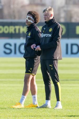 Erling Haaland (rechts) und Axel Witsel beim BVB Training. Witsel trägt nach seinem Nasenbeinbruch eine Gesichtsmaske