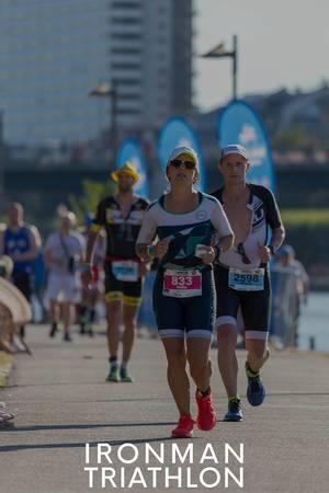 Erschöpfte Läufer auf der Zielgeraden des Ironman Triathlon