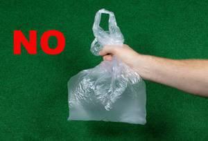 Erwürgte Plastiktüte als Darstellung des Plastikproblems