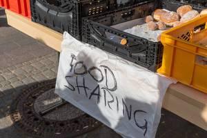 Essen teilen / food sharing: Klimastreik-Demonstranten teilen Backwaren