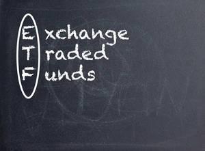 ETF Exchange Traded Funds auf einer schwarzen Tafel