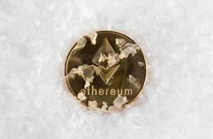 Ethereum Münze im Schnee symbolisiert Krypto-Eiszeit