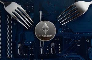 Ethereum Münze mit Gabeln auf einer Hauptplatine