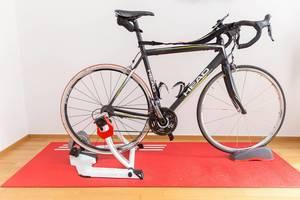 Eun Head Rennrad auf einem Elite-Rollentrainer