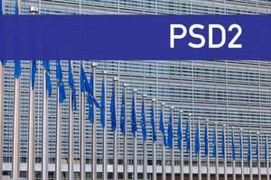 Europaflaggen mit Text PSD2 - neue Regeln für Online-Banking und Zahlungen im Internet