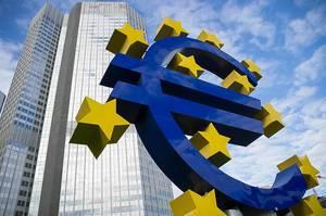 Europäisches Währungssymbol vor einem bekannten Hochhaus in Deutschland
