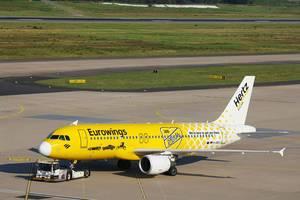 Eurowings Hertz-Lackierflugzeug, D-ABDU wird auf dem Flughafen Köln Bonn abgeschleppt