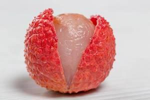Exotische Früchte: Litschis richtig schälen