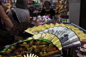 Fächer in einem Geschäft in Singapur