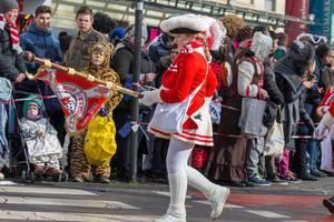 Fahnenträgerin der Roten Funken beim Rosenmontagszug - Kölner Karneval 2018