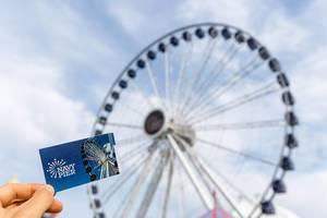 Fahrkarte für eine Runde Riesenrad am Navy Pier, vor bewölktem Himmel, in Near North Side, Chicago
