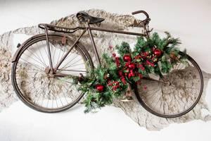 Fahrrad an der Wand mit Weihnachtsdekoration