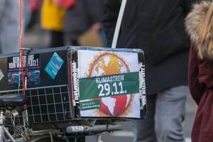 Fahrrad Gepäckträger mit Klimastreik 29.11 Plakat