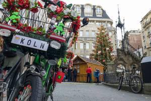 Fahrräder und der Weihnachtsmark am Kölner Dom im Hintergrund