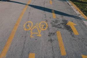 Fahrradweg mit Fahrrad-Symbol auf dem Asphalt