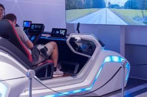 Fahrsimulation mit Cockpit und großem Bildschirm