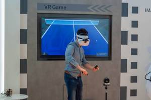 Fair visitor using Hauwei VR2 virtual reality headset