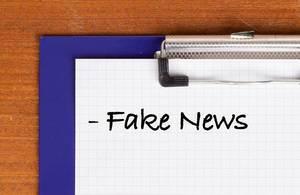 Fake News als Text auf einem Klemmbrett geschrieben