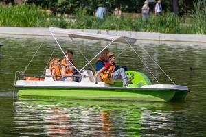 Familie in einem Tretboot genießt das schöne Wetter im Gorki-Park