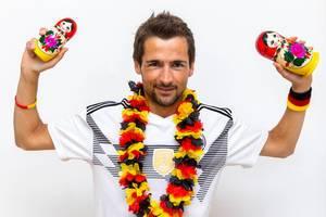 Fan mit Deutschland-Outfit und russischen Matroschkas