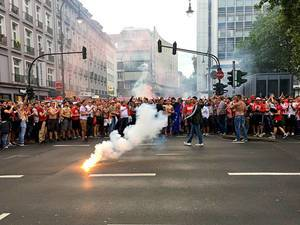 Fans des 1. FC Köln feiern mit Pyrotechnik den Einzug in die Euro League am Rudolfplatz (20.05.2017)