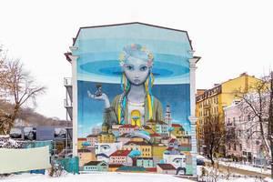 Fantasievolle Straßenkunst Mädchen und Häuser auf Gebäude vor urbanem Hintergrund