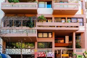 Farbenfrohes, griechisches Gebäude, mit Graffiti, in den Straßen von Athen