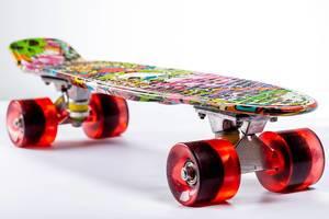 Farbenfrohes Skateboard / Pennyboard mit großen Rollen vor weißem Hintergrund