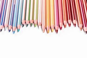 Farbige Bleistifte auf weißem Hintergrund, mit Freiraum / Platz für Text