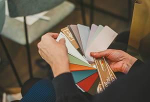 Farbmuster auf Papier zur Auswahl der Farbe für den Malermeister