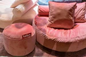 Fatboy Sitzpuff in verschiedenen Größen in altrosa mit Zierkissen