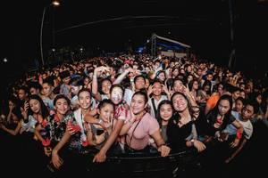 Feiernde Menschenmenge mit lachenden Gesichtern am Dinagyang Musik Festival, Philippinen