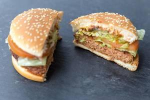 """Feischloser McDonalds Burger """"Big Vegan TS"""" von innen mit Bratling auf Sojabasis, Gemüse, Lollo Bionda Blattsalat & Sesamkernen auf dem Brötchen"""