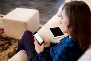 Female using a cellphone at work / Weibliche mit einem Handy bei der Arbeit