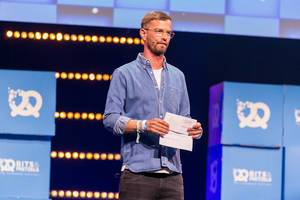 Fernsehmoderator und Startups-Enthusiast Joko Winterscheidt spricht auf der Bühne der Gründermesse Bits & Pretzels 2019