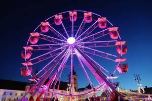 Ferris wheel at Christmas fair, red lights (Flip 2019)