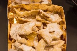 Fertig gebackene Muzen von DEH Tiefkühlbackwaren - klassisches Siedegebäck mit Puderzucker