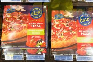 Fertigpizza Rising Crust Pizza im Supermarkt