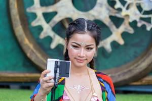 Festivalbesucherin im Feen-Look macht Selfie am Tomorrowland 2019