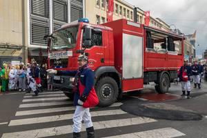 Feuerwehrfahrzeug beim Rosenmontagszug - Kölner Karneval 2018