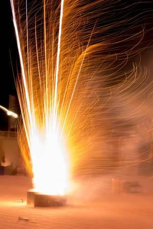 Feuerwerk des Typs Vulkan zu Neujahr, aufgenommen mit langer Belichtungszeit