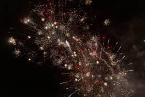 Feuerwerk in rot und weiß zum Jahreswechsel über Noord-Holland