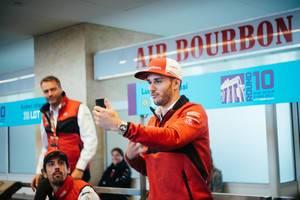 Fia-Formel-E Rennfahrer Daniel Abt zieht eine Schnute, während er ein Selfie macht