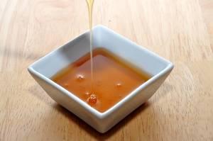 Filling liquid honey in a ceramic bowl