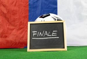 Finale-Schild und russische Flagge