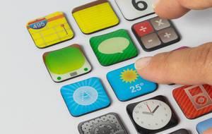Finger drückt Symbol der Wetter-App auf weißem Hintergrund