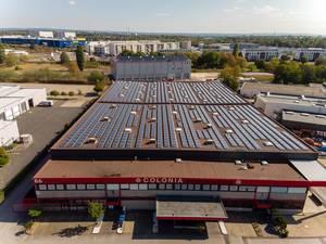 Firmengebäude der COLONIA Spezialfahrzeuge GmbH mit Solarpaneelen auf dem Dach