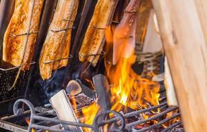 Fisch über der heißen Feuerstelle