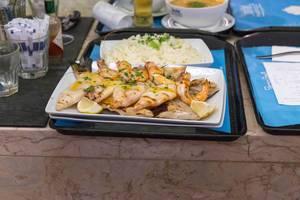 Fischplatte mit gegrilltem Calamari Tintenfisch, Scampi Shrimps und Reis
