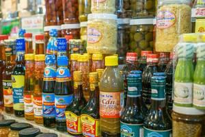 FIschsauce und andere Lebensmittel auf dem Ben Thanh Markt in Saigon